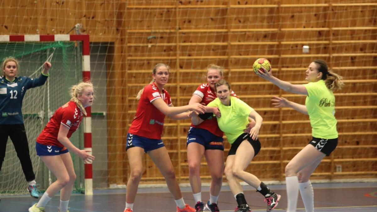 Vossalaga Gaselle og Antilope spela mot kvarandre i bronsefinale. Voss Gaselle (i gult) stakk av med sigeren.