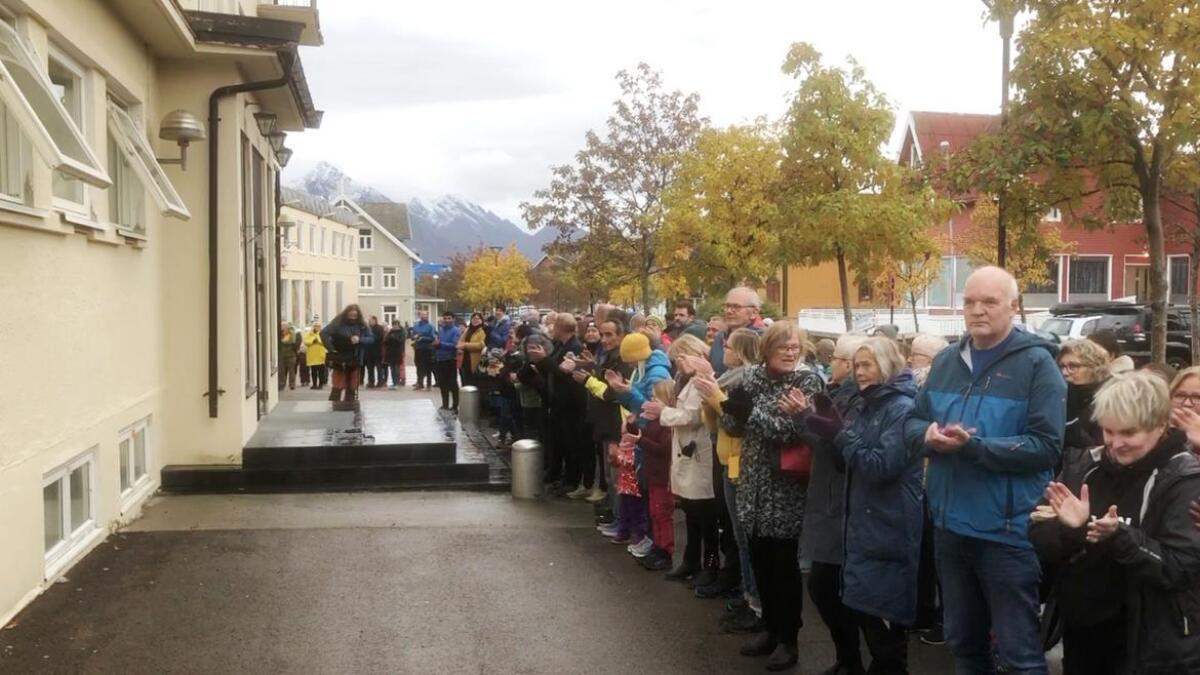 –La mine venner bli, ropte nesten 400 mennesker på Melbu lørdag ettermiddag, da de slo ring om Bankplassen mottak.
