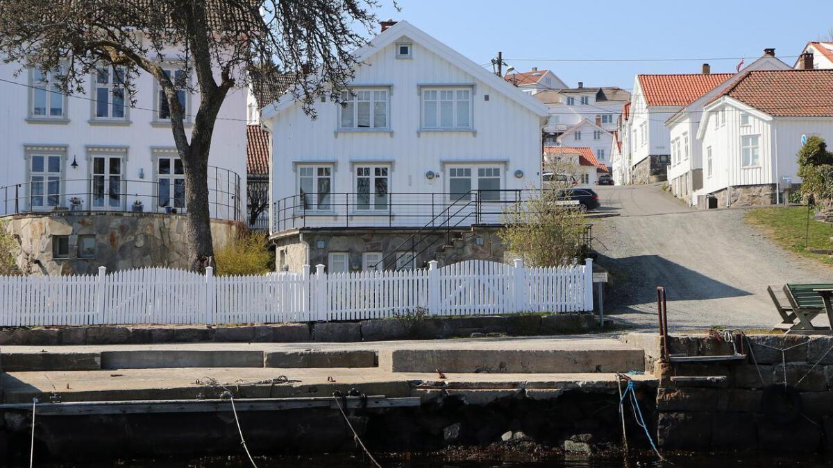 Dette huset i Nygata på Tangen i Risør, skal heves en halvmeter for å sikre mot vanninntrenging etter hvert som havet stiger.