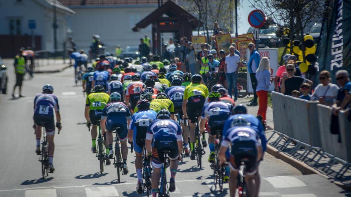 De raskeste syklistene på vei inn mot den siste runden denne mandagen.