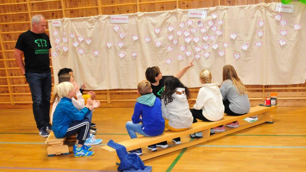 Eleve fikk i oppgave å skrive hva som gir glede, takknemlighet, hva de er glad for og gleder seg til. Lappene ble hengt opp og studert.