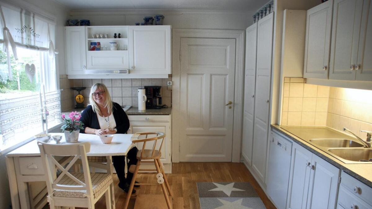 Lyst. Kun ved hjelp av litt maling og lakk har Austad forvandlet kjøkkenet fra å være preget av mørk eik-innredning til å være moderne og luftig.