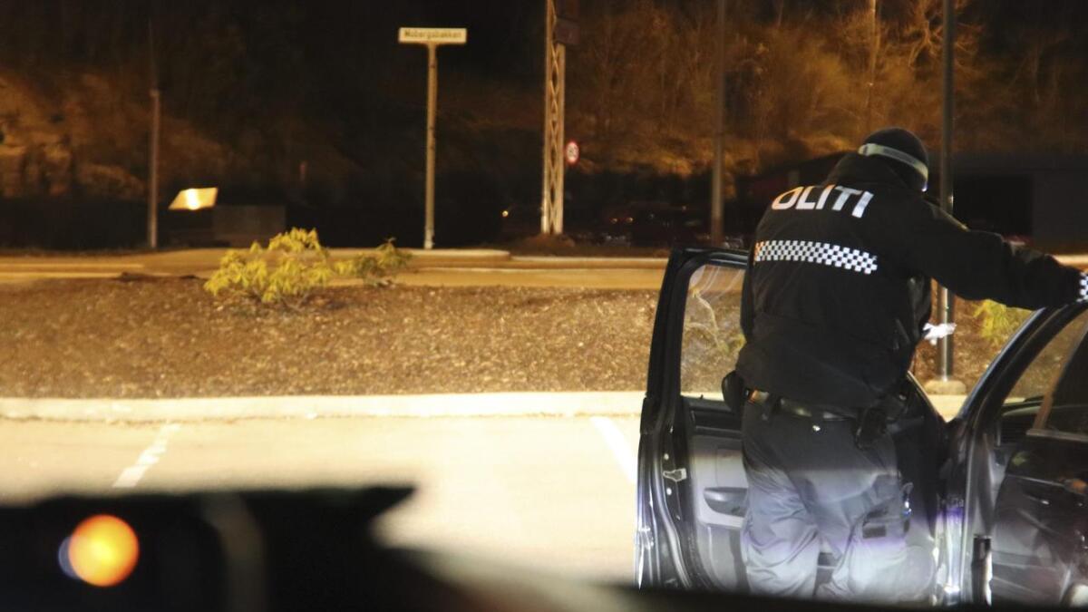 Politiet stoppa bilist etter råkøyring i Fusa.