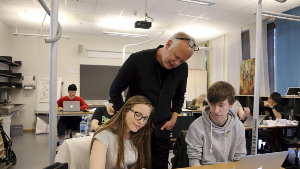 Tor Erling Naas er imponert over innsatsen til Stine Stedje Berg, Sebastian Kristensen og de andre elevene som deltar i tegneserieworkshop.
