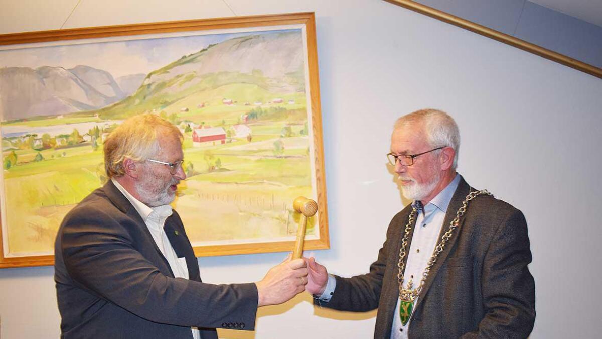 Onsdagskvelden vart Sigbjørn Åge Fossdal (Ap) vald som ny ordførar i Bygland kommune, og fekk ordførarkjedet og klubba frå avtroppande ordførar Leiv Rygg Langerak (t.v.).
