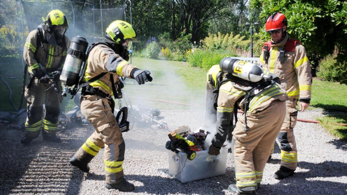 Brannvesenet var raskt på stedet, og fant rykende leketøy i kjelleren.