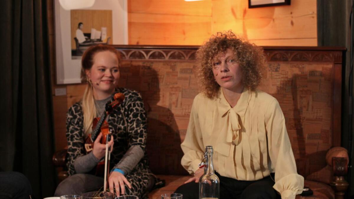 Tuva Syvertsen og Guri K. Nesheim song og spelte på sofaen.