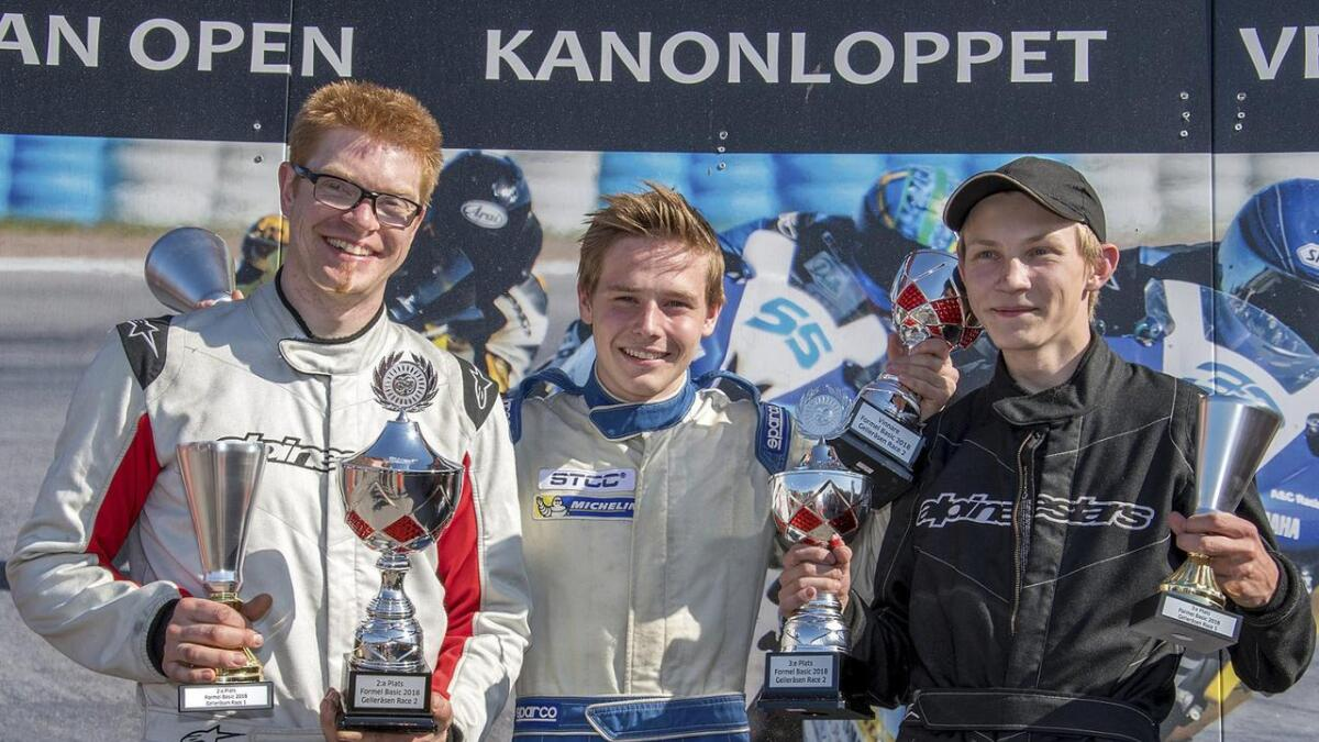 Daniel Kroken (t.v.) saman med vinnaren Edward Sander Woldseth (i midten) og Anders Eriksrud på pallen etter løpa i Sverige.