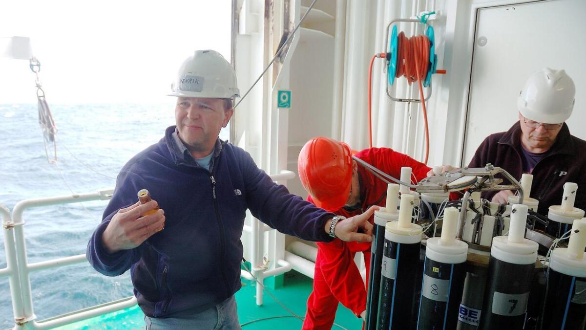 Her tar Henrik Søiland vannprøver i Sørishavet med forskningsfartøyet G.O. Sars.