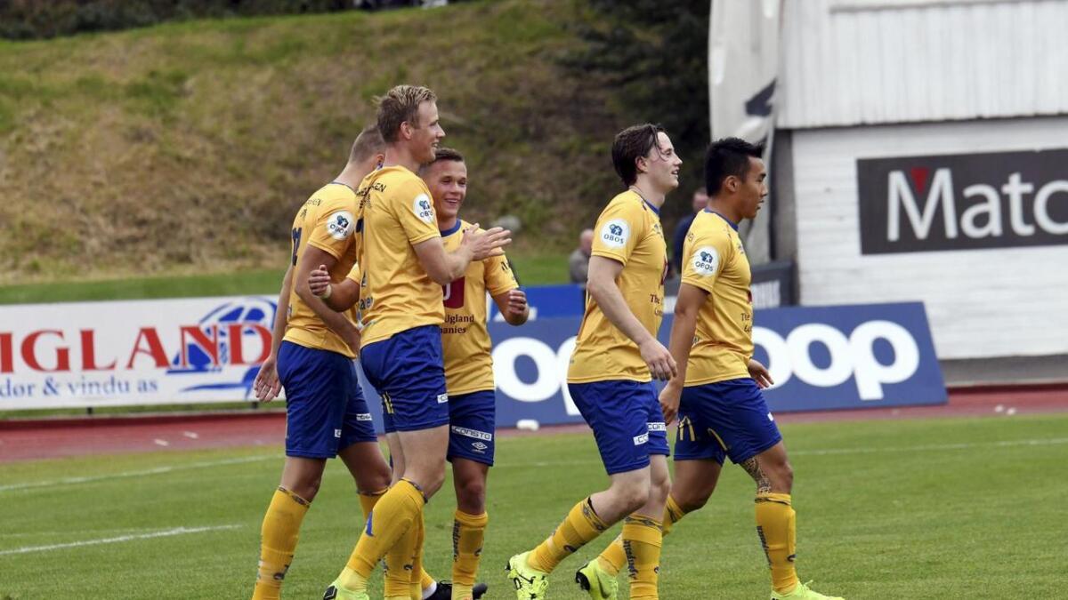 Simon Larsen jubler sammen med lagkameratene.