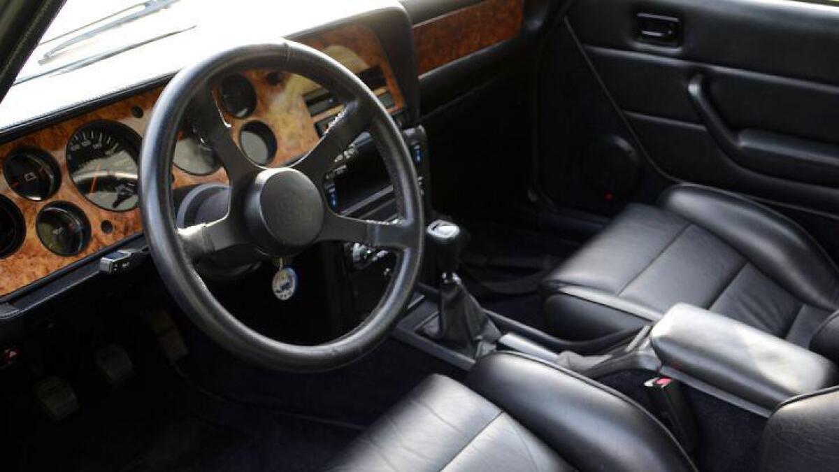 aston. Skinnseter, tykke tepper på gulvet og trepaneler i dashbordet skriver seg fra et samarbeid med Aston Martin.
