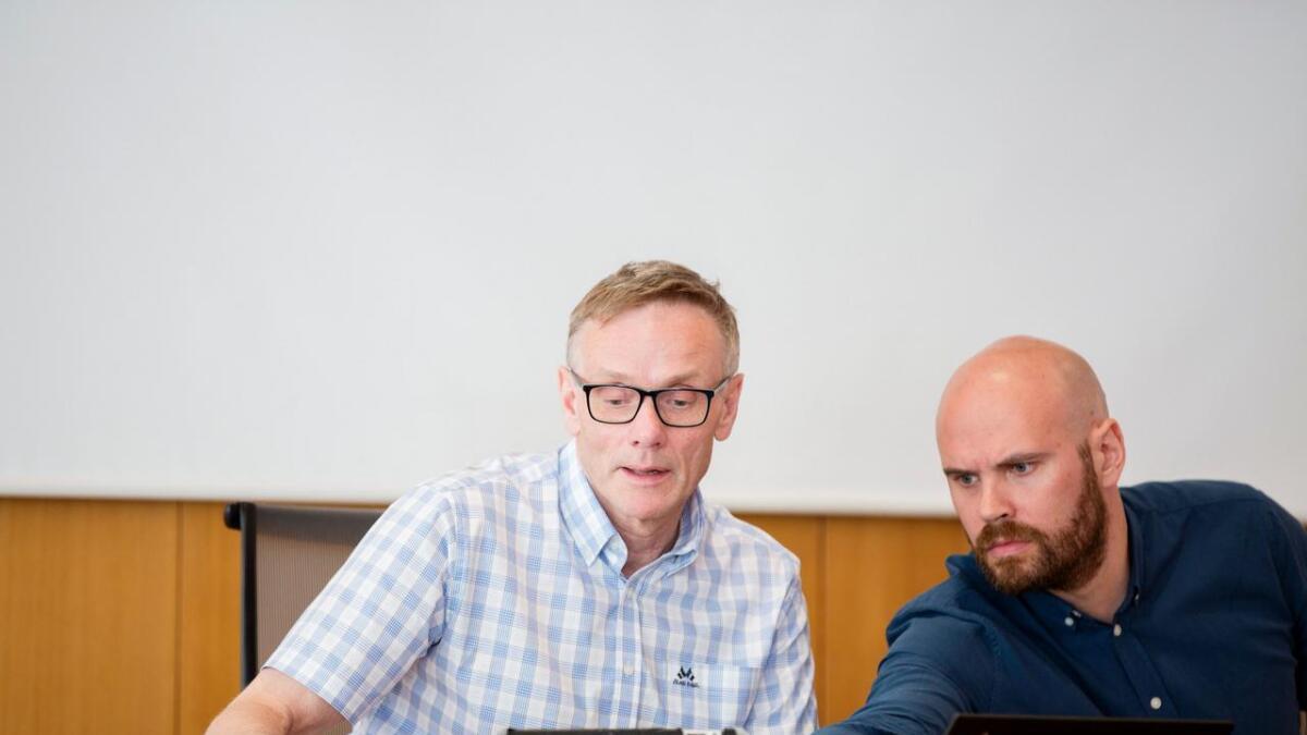 Aldri før har Stord-rådmann Magnus Mjør (t.v.) hatt eit så tøft utgangspunkt før budsjettprosessen. Han finn ikkje draghjelp i statsbudsjettet. Ordførar Gaute Epland til høgre.