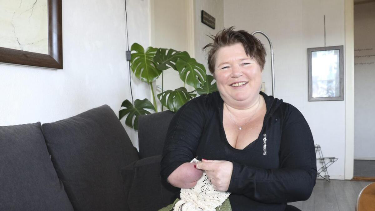 Lena Johannessen (47) har ikke tall på hvor mange timer i uka hun strikker. I tillegg broderer hun bilder og bretter bøker.