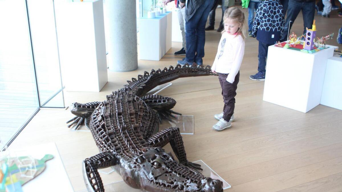 Fleire studerte også den livaktige krokodillen - som er ein fast del av Griegsamlinga - med skrekkblanda fryd.