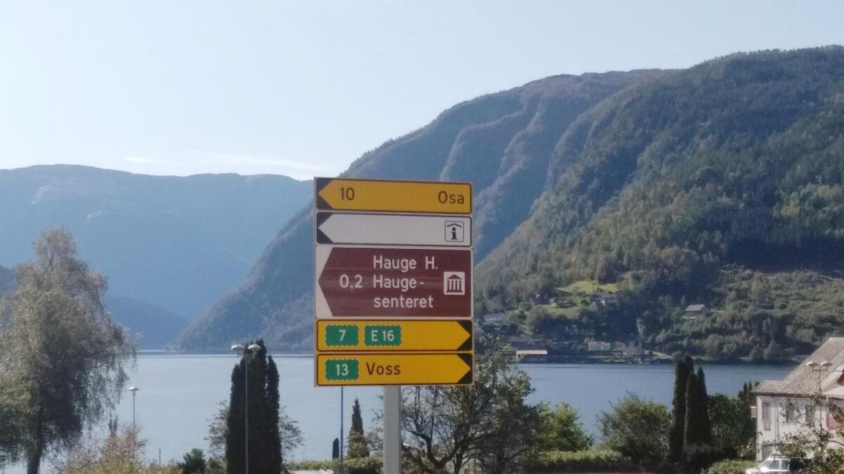 Olav H. Hauge-senteret vart til Hauge H. Hauge-senteret på skiltet i Ulvik. – Nytt skilt er tinga og vert sett opp så snart me har det, seier Bente Bergstø i Statens vegvesen.