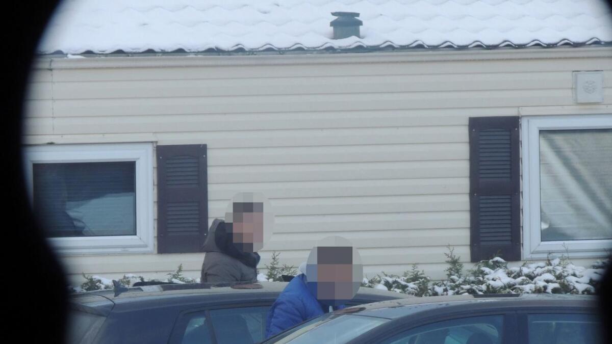 Litauerne fotografert av politiet på campingplassen i Bø, gjennom vinduet på nabohytta