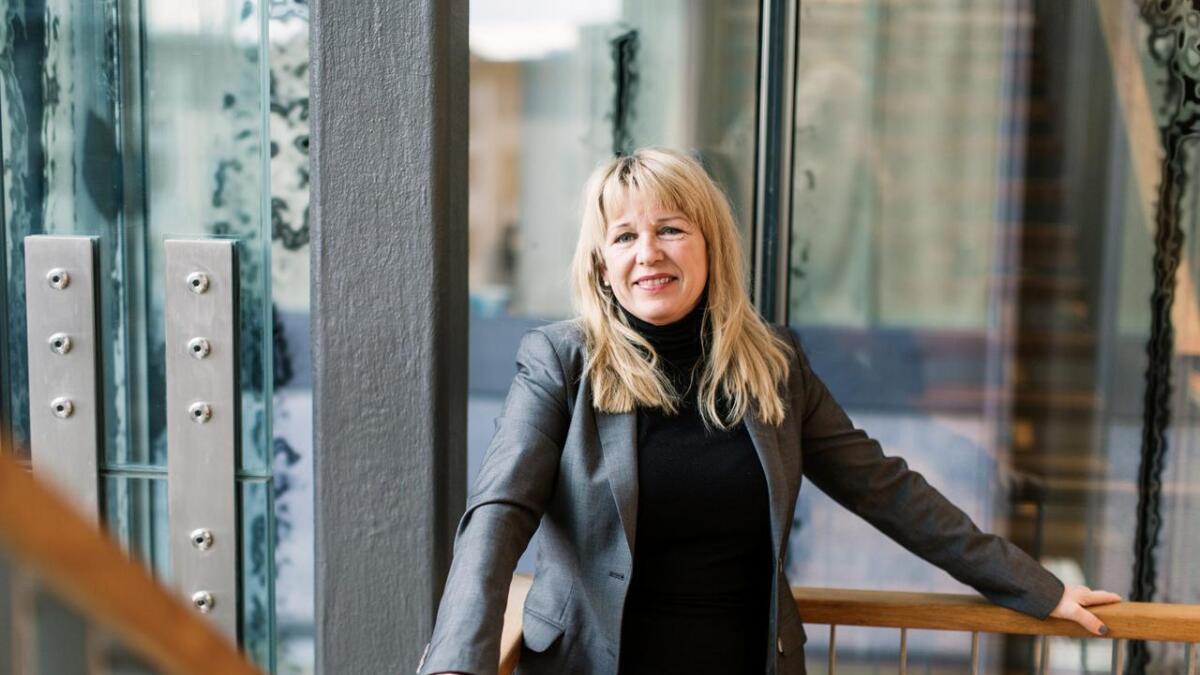 Siri Mathiesen, regiondirektør i NHO Agder, humrer når Vennesla Tidende forteller henne at det er null kvinner i styret til næringsforeningen. – Det må på plass, sier hun.