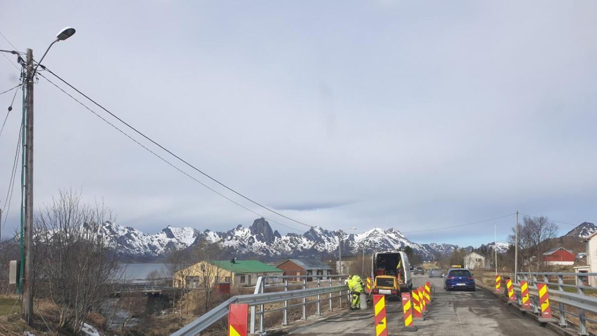 Det jobbes med blant annet dekket på brua over Lakselva på Frøskeland. Asfaltdekket er frest av, og i forbindelse med arbeidet er veien lysdirigert. I vinter ble det montert nytt rekkverk på brua. (Tekst og