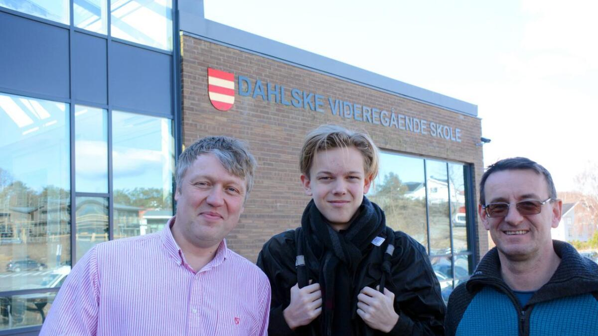 Både rektor Andreas Poppe (t.v.), Torje Igland Hellerslia og kjemilærer Stig Brude ved Dahlske videregående skole er alle stolte og glade for at den ivrige eleven har kvalifisert seg helt til kjemi-OL i Paris til sommeren.