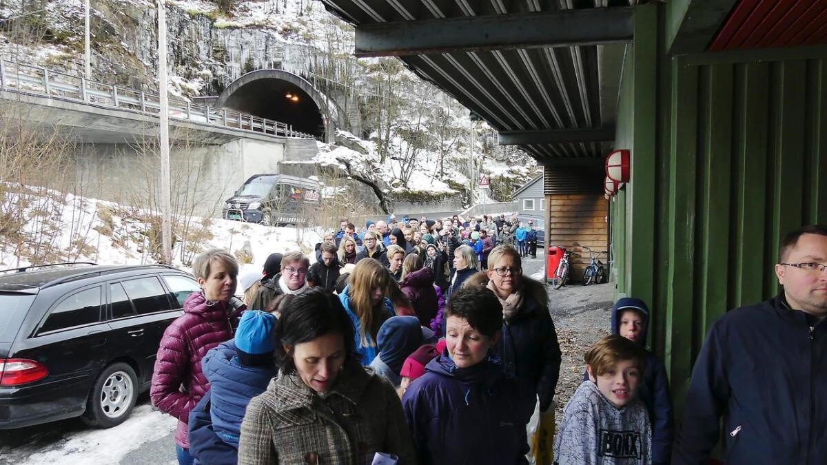 Formannskapet i Vaksdal sende positive signal om å støtta Vintertreffet 2020 gjennom billettkjøp, og då kan køen bli minst like lang som denne, som er av folk på veg inn til ein Vintertreffkonsert i fjor.