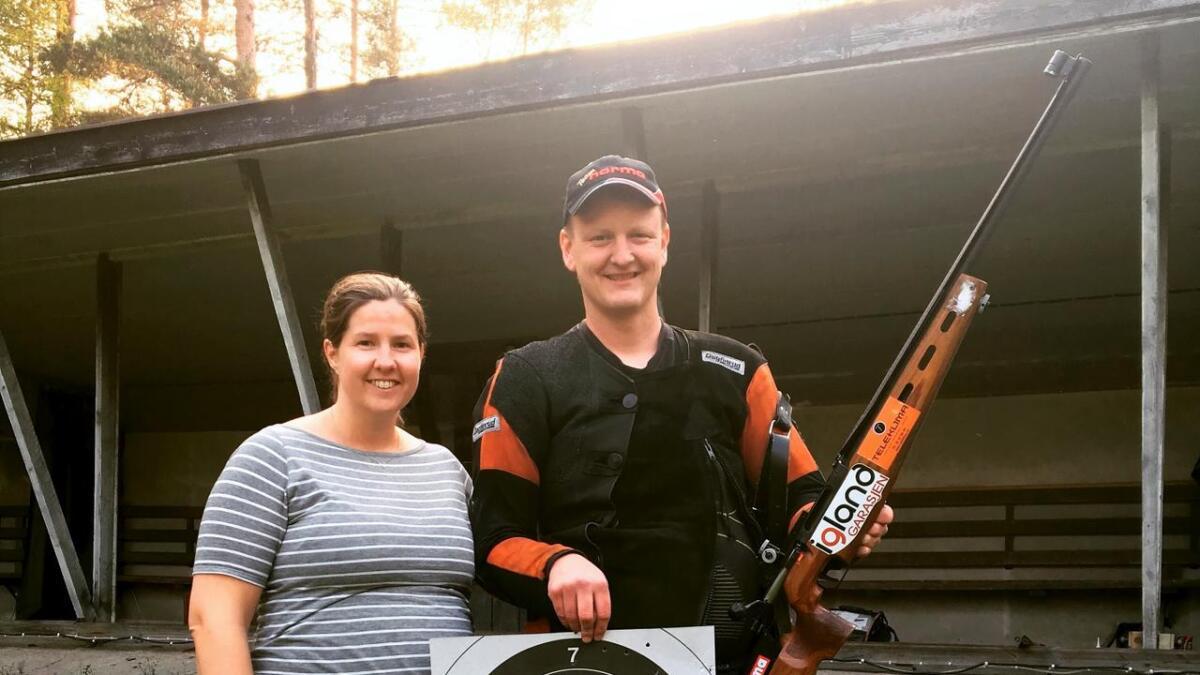 Inge Hvitås er av det treffskre slaget. Tirsdag prikket han inn ny verdensrekord i Mad Minute Challenge. Her er han avbildet sammen med samboer Karoline Sundal.