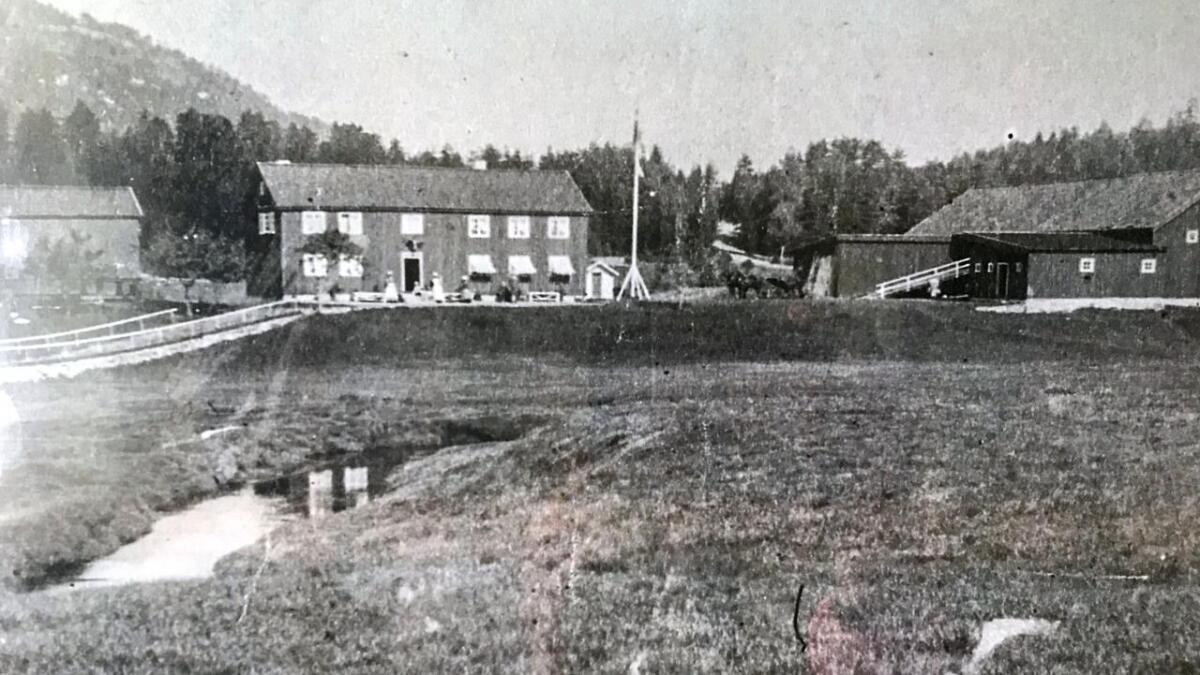 Dette bildet ble tatt før Bjorvasstaua ble «montert» på i høyre enden av hovedbygningen rundt 1920.