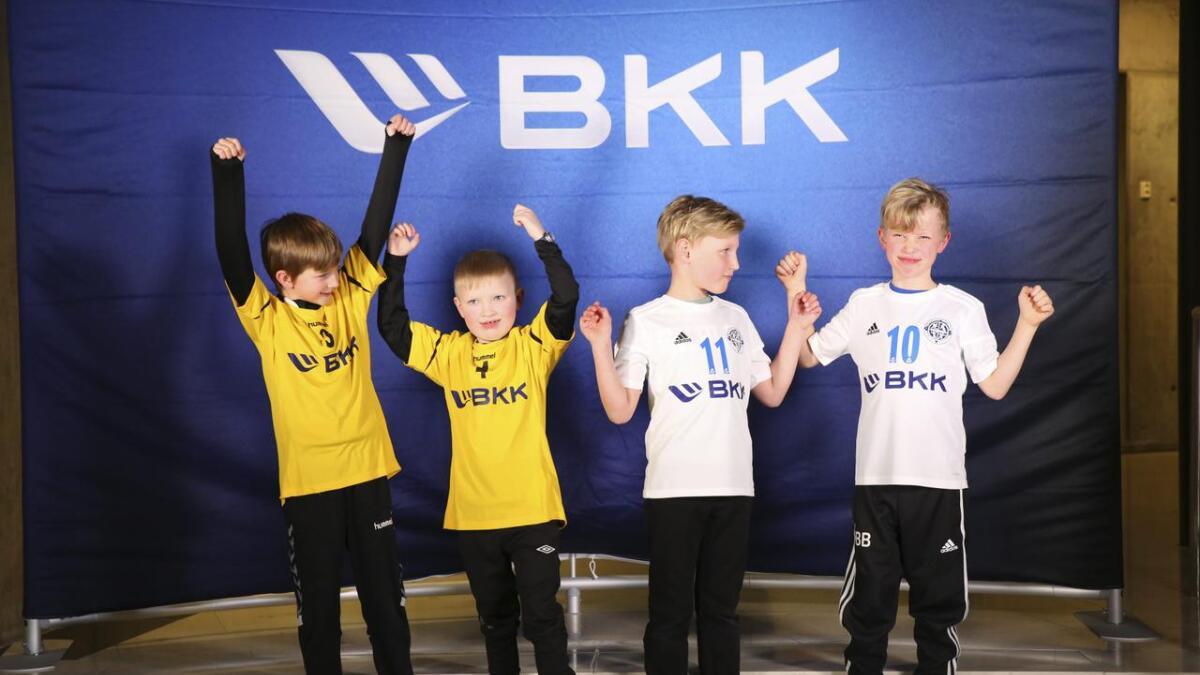Heile elleve lokale lag fekk nye drakter frå BKK.