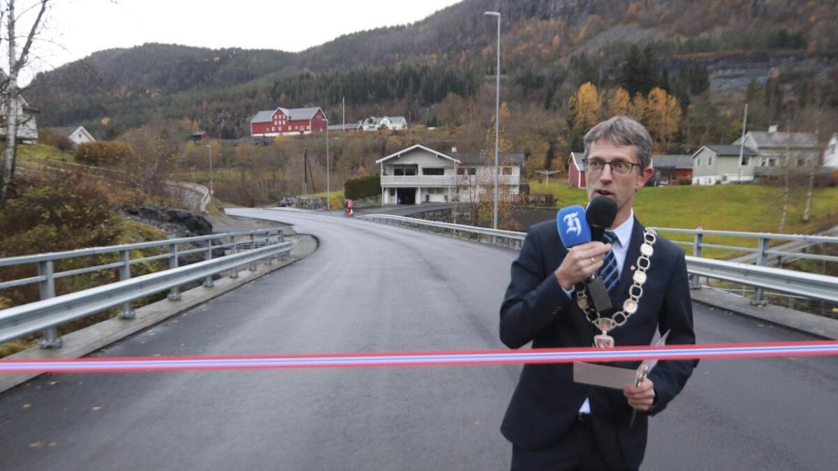 Ordførar Hans-Erik Ringkjøb stod for den offisielle opninga fredag. Lesarbrevskribenten meiner Kvitli bru er det rette namnet.