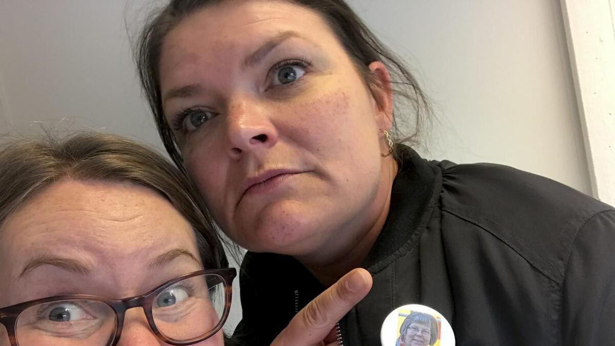 """Journalist Anne Marie Aarøen Vangsnes (t.v.) og kulturkonsulent Stine Kobbeltvedt (med button av sjølvast """"Tove Hilde"""") utgjer Kvinneforeningen."""