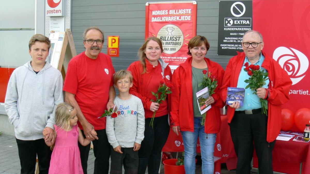 F.v. Torbjørn Larsen med sønnen Øyvind (14) og barnebarna Maja (5) og Jonathan (7), Karoline Gabrielsen, Liz–Mari Vangsvik og Bendiks Harald Arnesen.