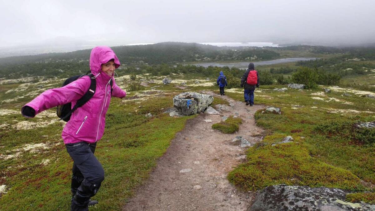 Heidi Hem slår ut med armene og tester vindforholdene.