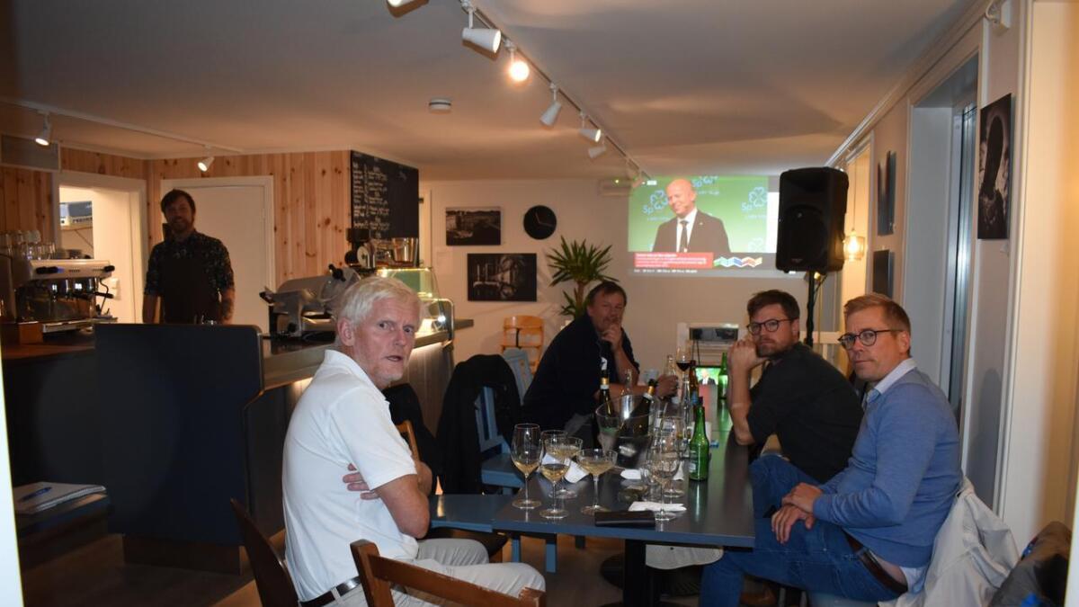 Flere partier sitter i forhandlinger på Lokkemat. Leif Vagle (t.v.) er forhandlingsleder for Arbeiderpartiet. Her med tre Venstre-folk, Jan Helge Kjøstvedt, Tord Aslaksen og Emil Evnun.