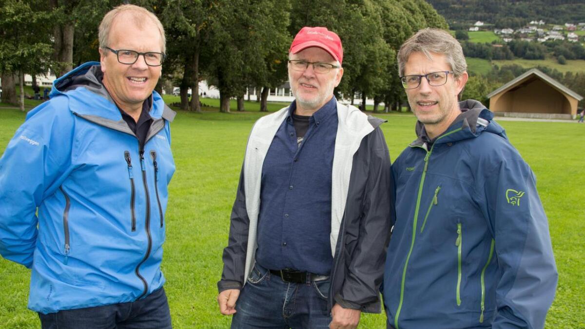 Sigbjørn Hauge (Sp, frå venstre), Arnfinn Gjerdåker (SV) og Hans-Erik RIngkjøb (Ap). Prinsippet er at mikroorganismane nede i molda skal eta i seg C02 og lagra han.
