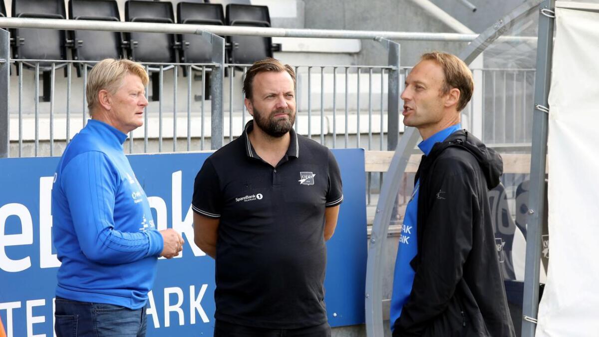 Einar Håndlykken og Odd inviterte Langesund og Stathelle, her ved Harald Gjertsen og Marius Kvitnes, til signeringen av Egell-Johnsens proffkontrakt. – Det er viktig for oss, sier Odds daglige leder.