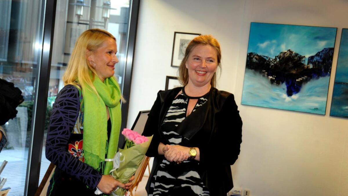Her får ordfører Hedda Foss Five fine roser av Vibeke Lillefjære etter åpningstalen. Det var mange som møtte opp for hennes store kvelden, og utstillere og Lillefjære var fornøyd.