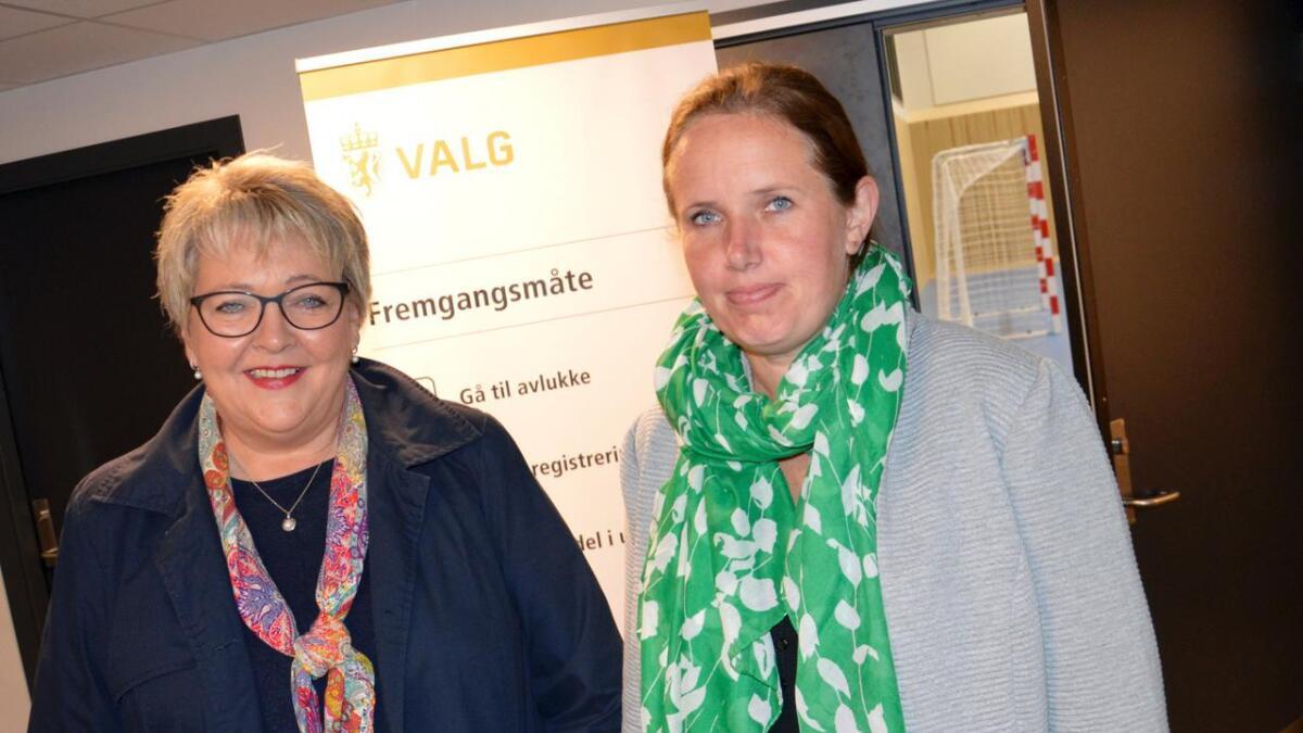 Inger Løite (t.v.) og Gro Eskeland klare for valgstyremøte i 21-tiden på Abel ungdomsskole.