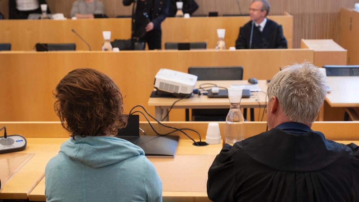 Fra Agder lagmannsrett i Kristiansand der dommen i drapsankesaken ble forkynt onsdag. Her advokat  Olav Sylte med den tiltalte kvinnen (44).