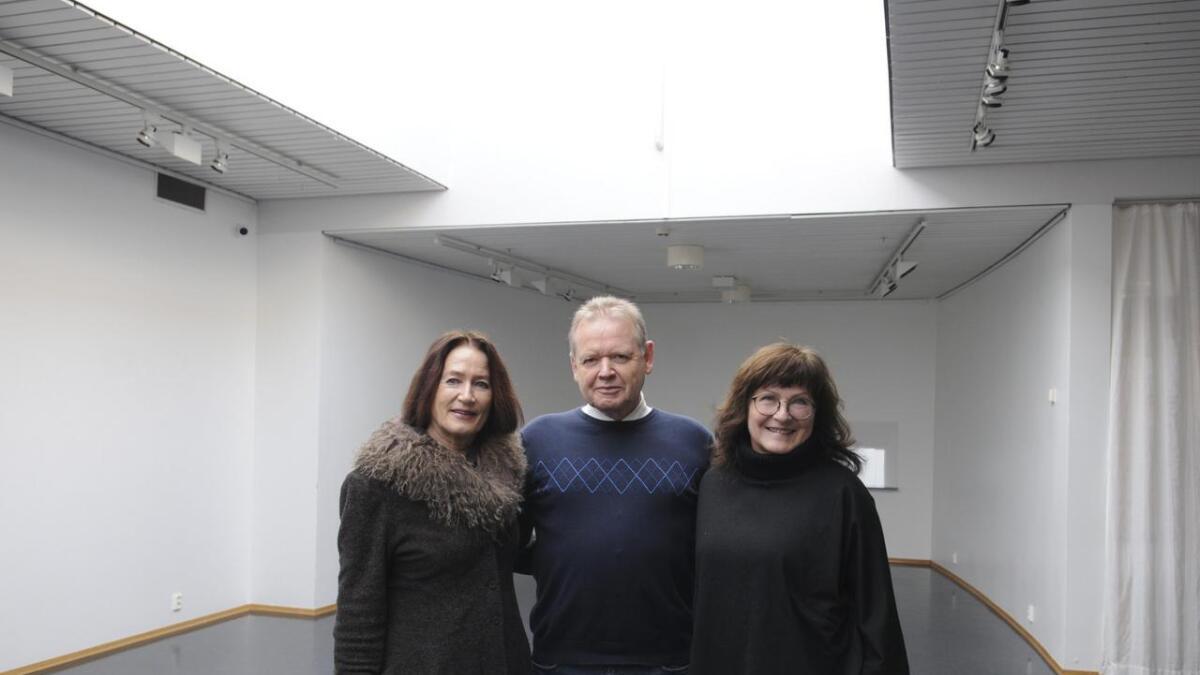 ledelsen av Nes Kunstforening gleder seg til å åpne Romeriksutstillingen lørdag i Galleriet i Nes Kulturhus. Fra v. leder Oddbjørg Reset, Terje Strømseter og Trude Elstad.