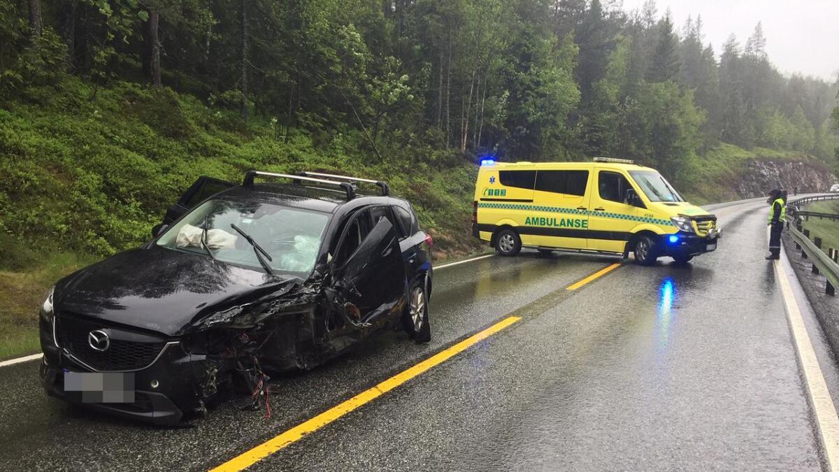 Ambulanse og politi på plass der to biler kolliderte torsdag ettermiddag.