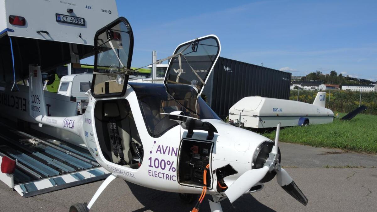 Vingene er tatt av flykroppen, som nå skal undersøkes på Kjeller av Statens havarikommisjon for transport.