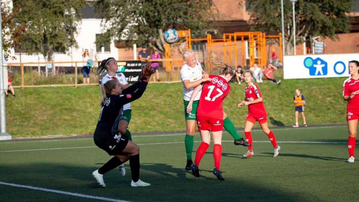 Frida Skoglund Pedersen bruker hodet og nikker inn 2-0.