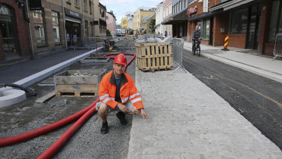 Et oppmerksomhetsfelt med brostein midt i gateløpet skal få med farten. Prosjektleder Bjørnar Andersen forteller at prosjektet er i rute. Begge