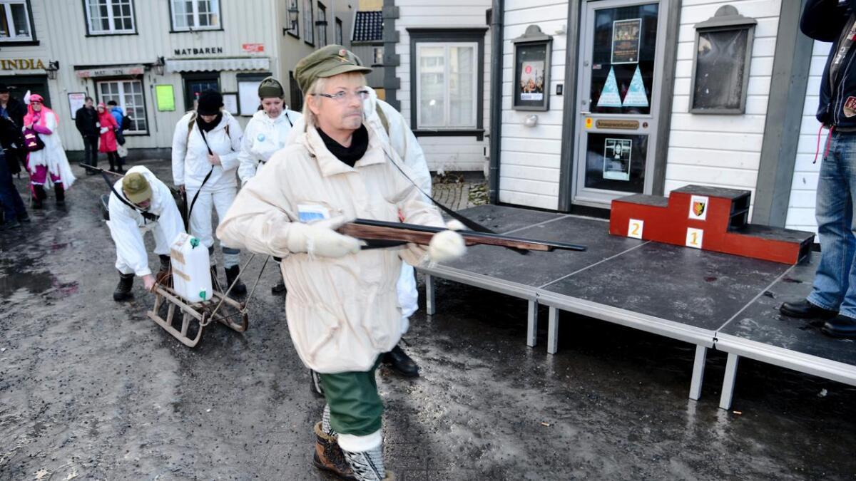 Denne morsomme gruppen fra Kommunerevygruppa i Arendal, hadde latt seg inspirere av TV-suksessen om Tungtvannsaksjonen. Tidsriktige kostymer og en kjelke med medbrakt tungtvann gjorde bildet komplett.