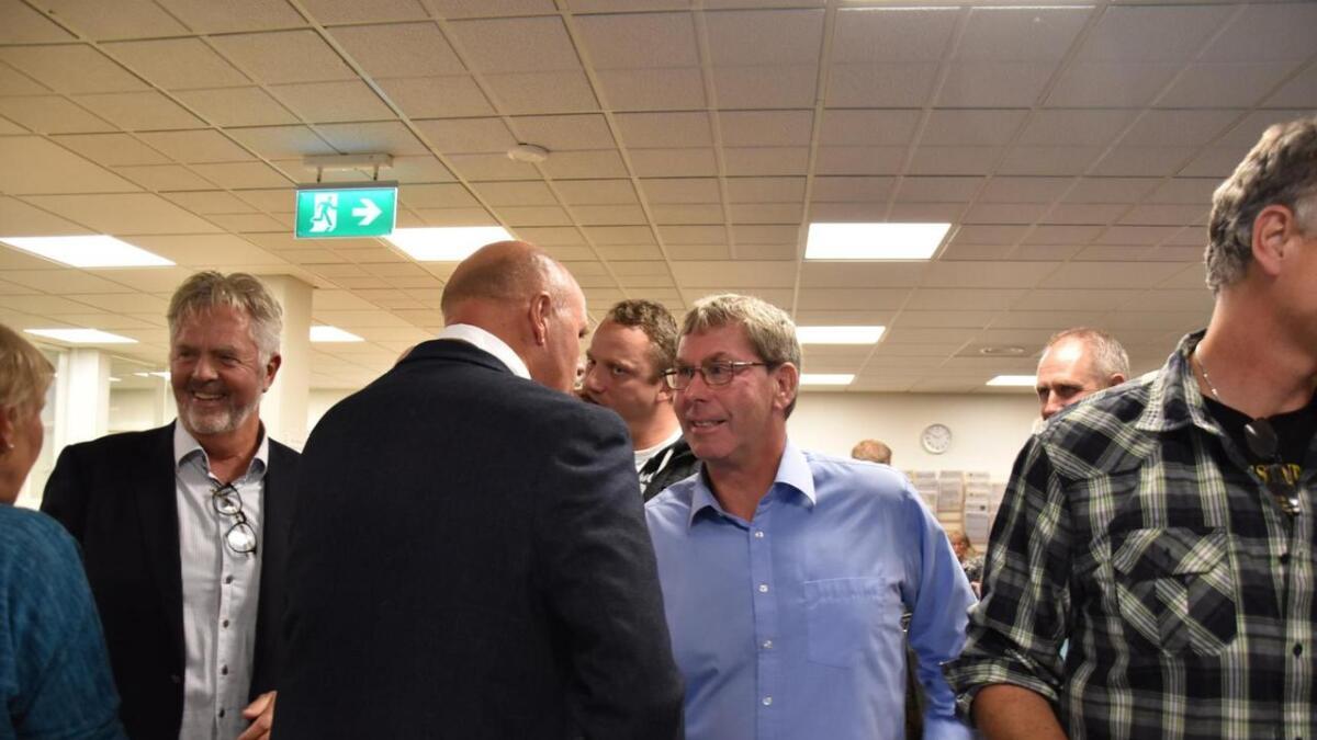 Eivind Drivenes (Sp) Gratulerte Nils Olav Larsen med seieren etter en spennende kveld.