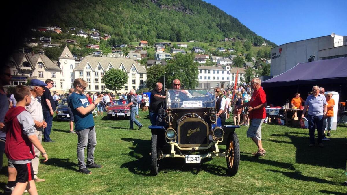 Knut Arne Windsand måtte ha litt starthjelp for å koma skikkeleg i gang med sin Buick frå 1910.