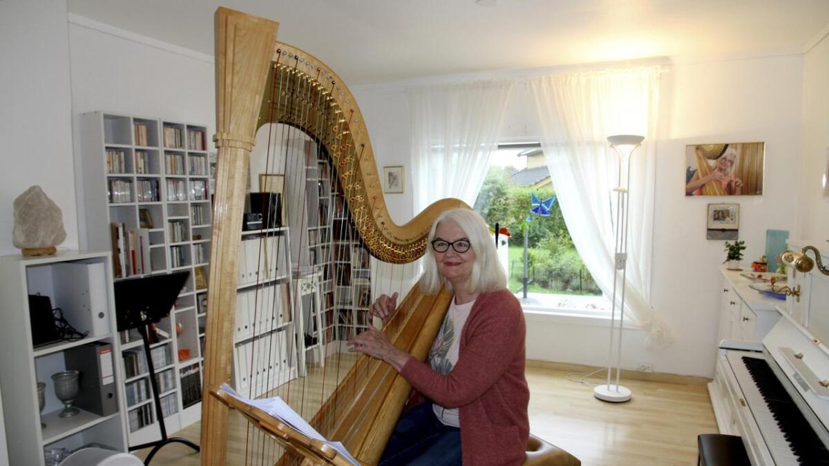Malgorzata Milewska Sundberg med konsertharpen hjemme i Hovenga. Det blir mange timer med øving før hun er klar til en konsert.