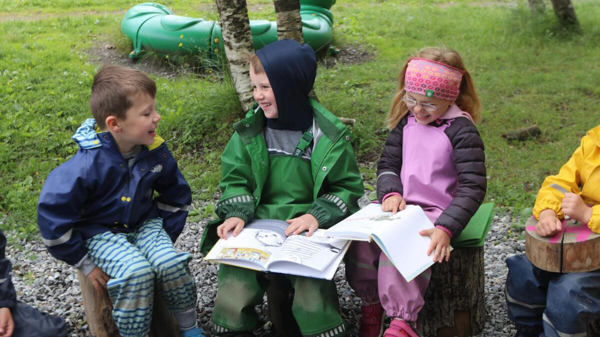 Mattis Åhlund Bø, Isak Midtun og Nomi Vinje Vevatne hadde mykje moro med bøkene og lesefingeren kom rast fram.