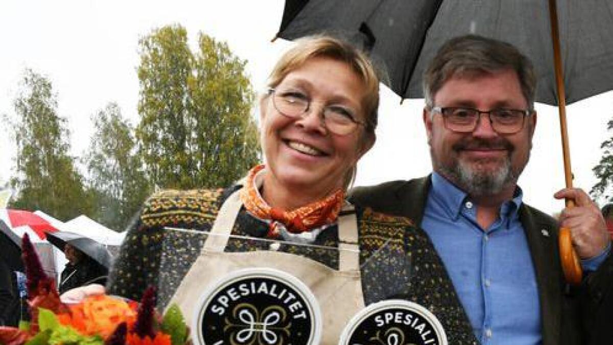 Gro Hommo og Lega vart gratulert med dei to spesialitet-utmerkingane av daglig leiar i Hanen, Bernt Bucher Johannessen.