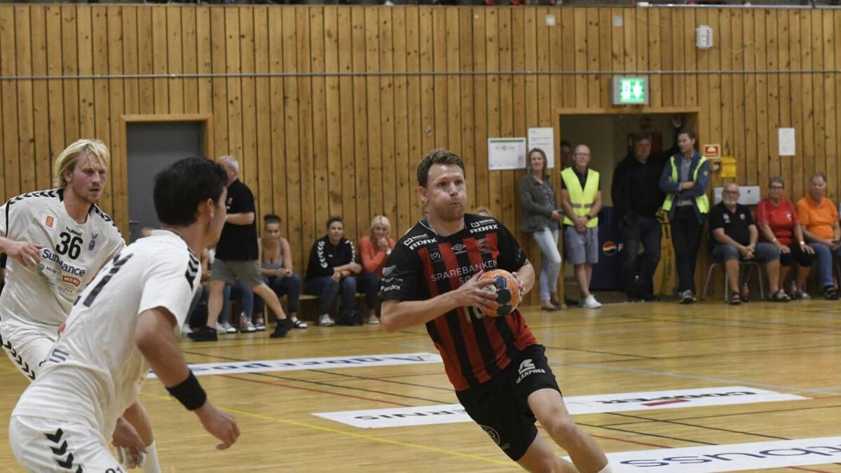 Sondre Paulsen og ØIF Arendal vant 30-19 mot 1. divisjonslaget Viking etter å ha ligger under med ett mål til pause. Bildet er fra 27-23-seieren mot Falk Horten i Nedeneshallen torsdag.
