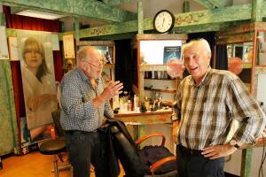 I 43 år har Alf (82) vært fast kunde her. Nå legger Knut (72) vekk saksa for godt